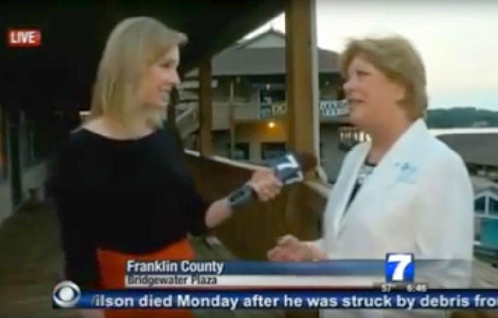 ایلیسن پارکر(بائیں سے) قتل سے ذرا پہلے انٹرویو لیتے ہوئے