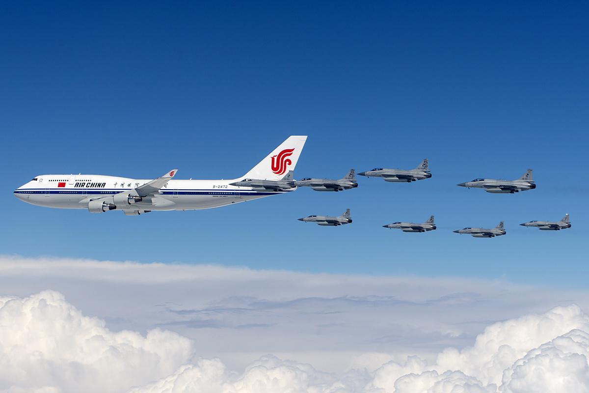 ساتھ ہی بوئنگ 747 مختلف سربراہان مملکت کے زیر استعمال بھی رہے ہیں، جیسا کہ چین یہ صدارتی ہوائی جہاز جس میں چینی صدر پاکستان کے دورے پر آ رہے ہیں۔ پاکستانی سرحدی حدود میں داخل ہوتے ہی پاک-چین اشتراک سے بنائے گئے جے ایف17 طیارے ساتھ ساتھ محو پرواز ہیں