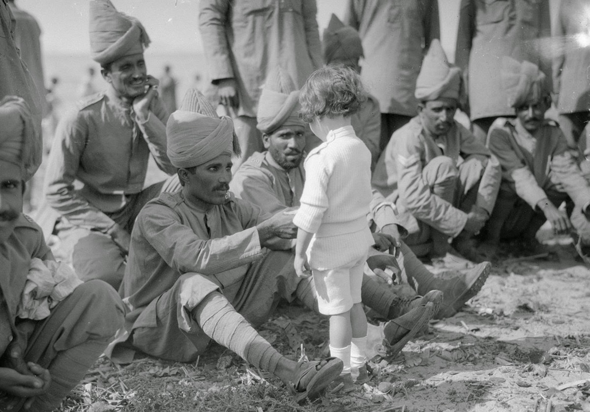 French-boy-meets-Indian-soldiers-Marseilles-30th-September-1914